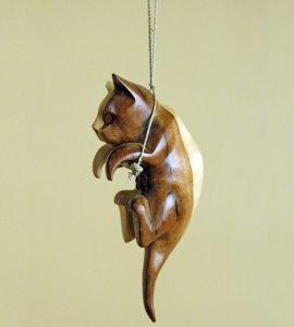 Мини-скульптура 'Кошка на качелях'.