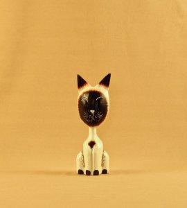 Кошка с закрытыми глазами, декор `Пламенный`. 16 см.